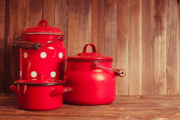 Красно-белая старинная кухонная утварь на белом столе