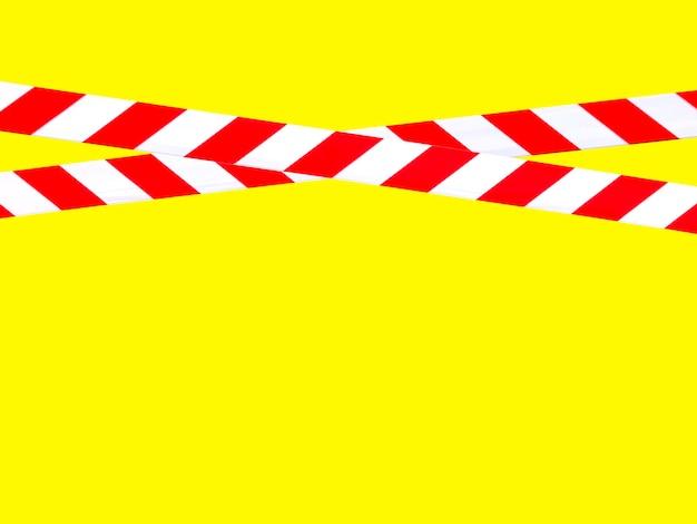Красные и белые предупреждающие полосы на заградительной ленте запрещают проезд. барьерная лента на желтом изоляте. барьер, запрещающий движение. предупреждение об опасной опасной зоне: не входить. концепция запрета входа. копировать пространство