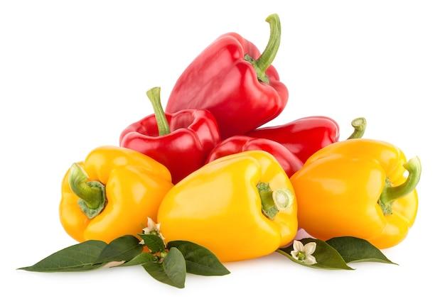 Красный и желтый сладкий перец, изолированные на белом фоне