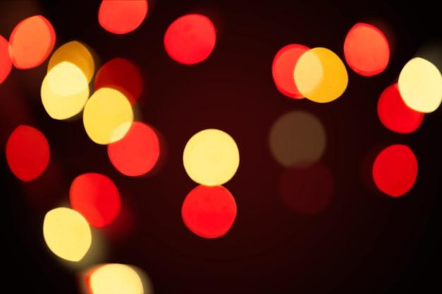 어두운 벽지에 빨간색과 노란색 bokeh 패턴
