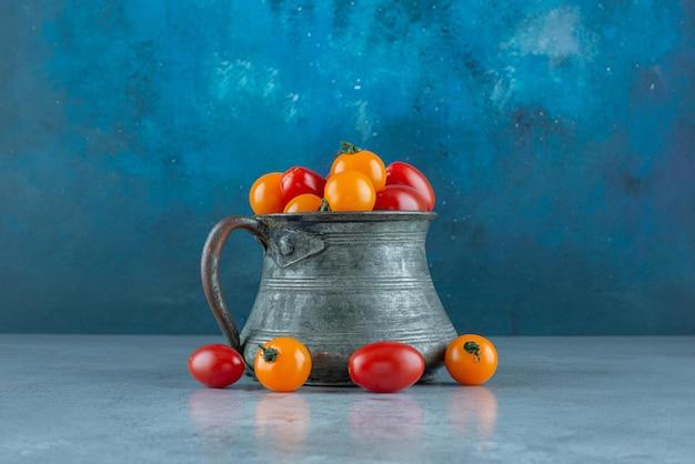 金属製の鉢に赤と黄色のチェリートマト。