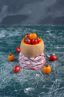 파란색 표면에 격리된 빨간색과 노란색 체리 토마토입니다.