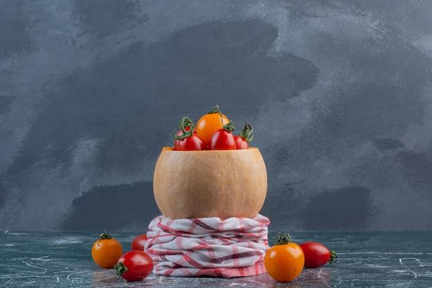 파란색 배경에 빨간색과 노란색 체리 토마토입니다.