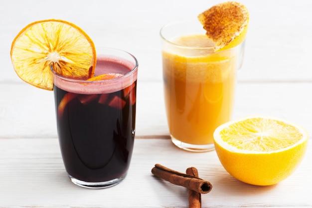 白い木製の赤と黄色のグリューワイングラス