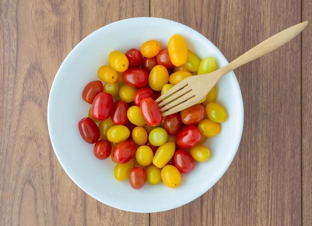 フォークで赤と黄色のトマト