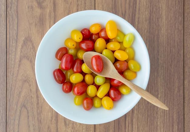 スプーンで赤と黄色のトマト