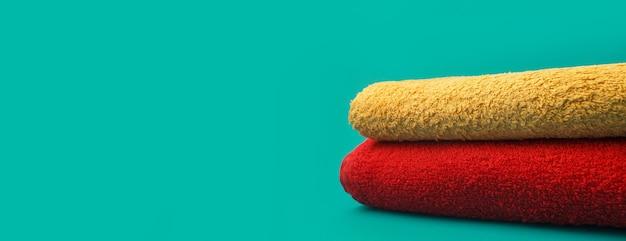 탁 트인 녹색 배경에 빨간색과 노란색 수건