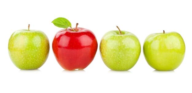 緑のものの間の赤いリンゴ