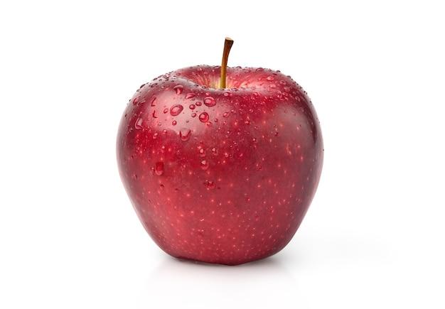 Плодоовощ красного яблока с падениями воды изолированный на белизне с путем клиппирования.