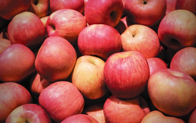 Красное яблоко в корзине