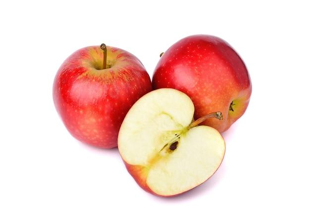 白い背景に分離された赤いリンゴ