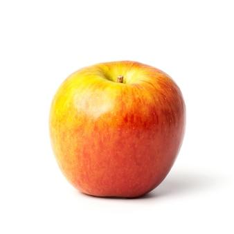 白い背景で隔離の赤いリンゴ。この画像にはクリッピングパスが含まれています。