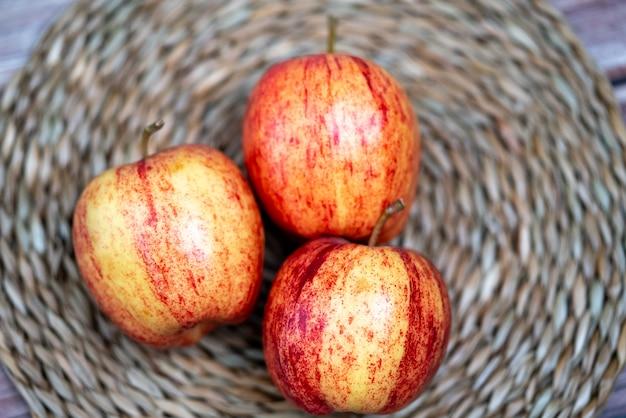 나무 배경에 빨간 사과