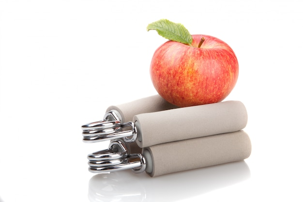 Красное яблоко на двух запястьях эспандера