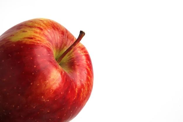 Красное яблоко на белом фоне изолированные