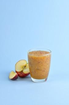 Красное яблоко, гладкое, смешанное, ничего не перемешивая.