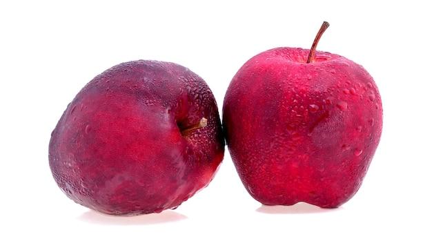 白に分離された水滴と赤いリンゴ。