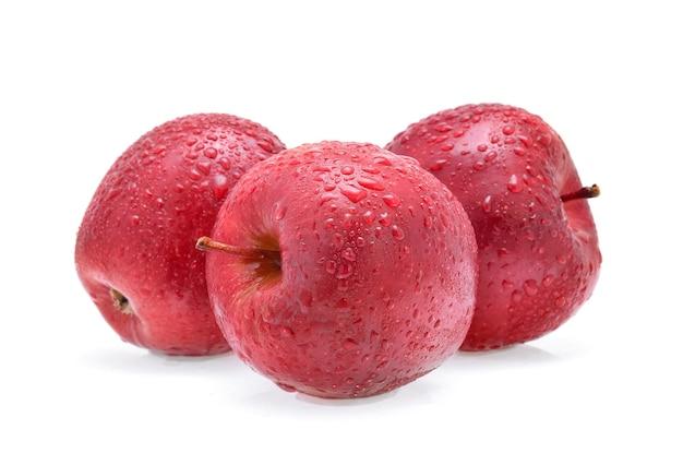 흰색 배경에 고립 된 물 방울과 빨간 사과