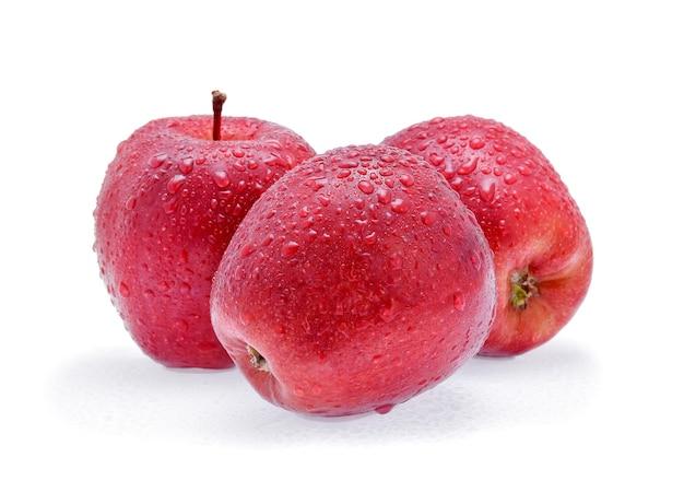 白で隔離の水滴と赤いリンゴ