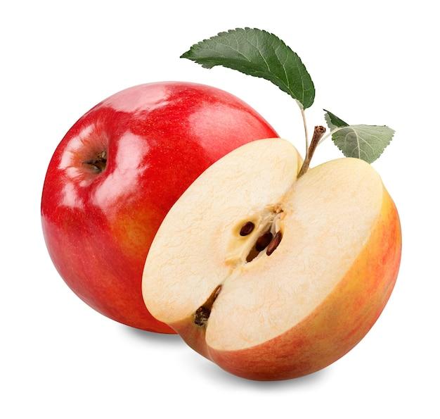 Красное яблоко с зелеными листьями и ломтиком, изолированные на белом фоне