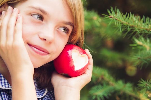 심장 모양-사랑의 선물을 가진 빨간 사과. 과일에 집중