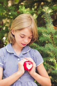 하트 모양의 빨간 사과 - 사랑의 선물