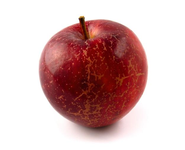 白い背景で隔離のテクスチャを持つ赤いリンゴ