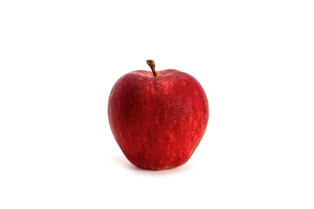 白い背景で隔離の水滴と赤いリンゴ