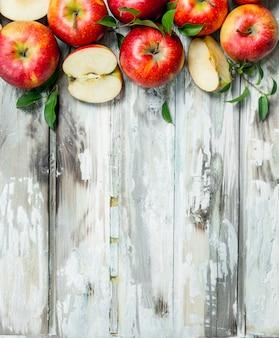 Красные яблоки и дольки яблока.
