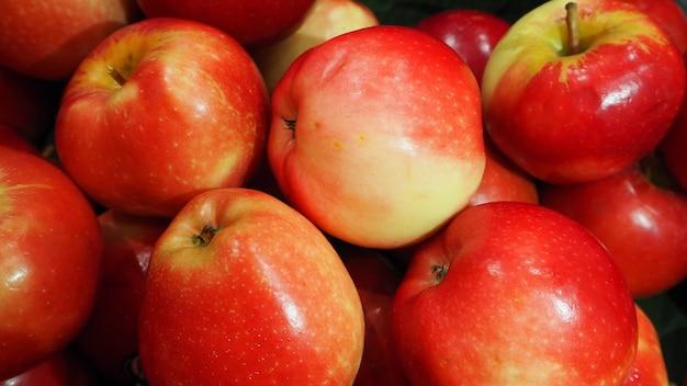 Красные яблоки крупным планом
