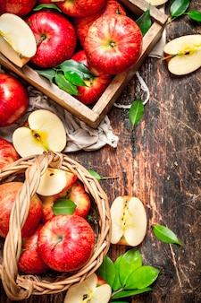 오래 된 상자에 빨간 사과입니다. 나무 테이블에.