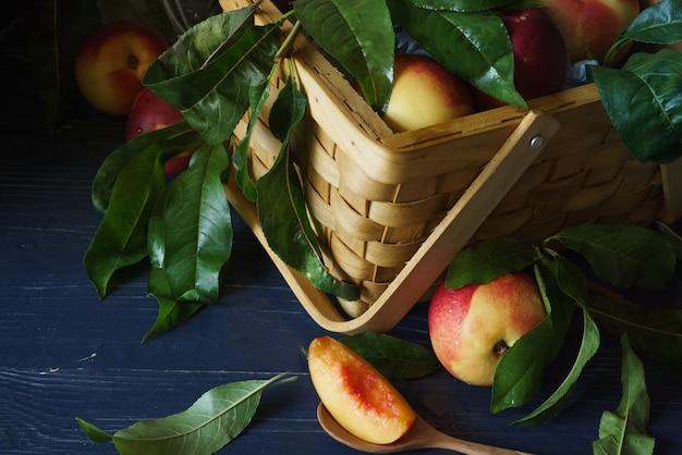 갈색 짠된 바구니에 빨간 사과