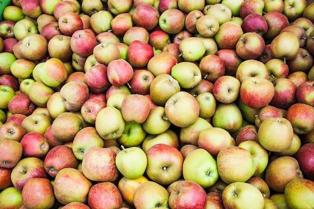 Красные яблоки на рынке, красный фон яблок