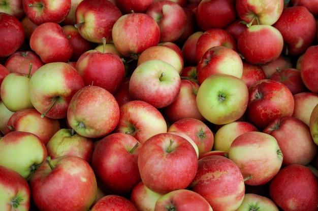 Красные яблоки на рынке