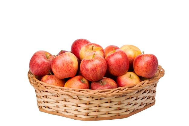 白い背景の枝編み細工品バスケットの赤いリンゴ