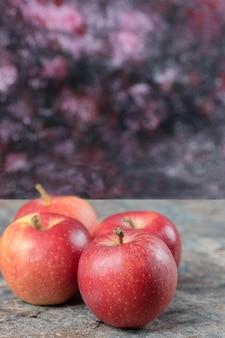 コンクリート表面に分離された赤いリンゴ