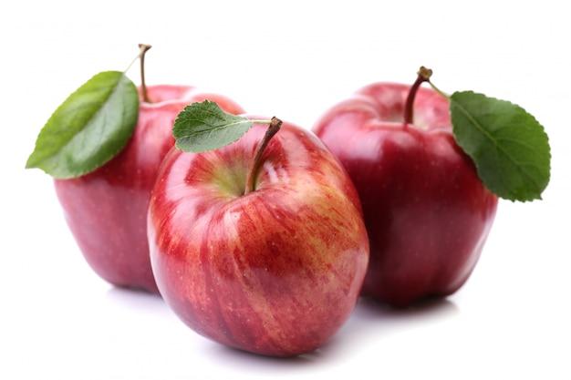 白で隔離される赤いリンゴ
