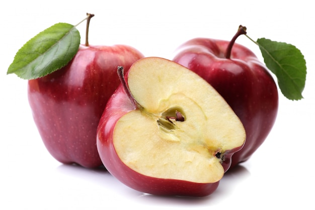 Красные яблоки, изолированные на белом фоне