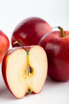 빨간 사과 부드러운 육즙 신선한 익은 화이트 책상에 고립