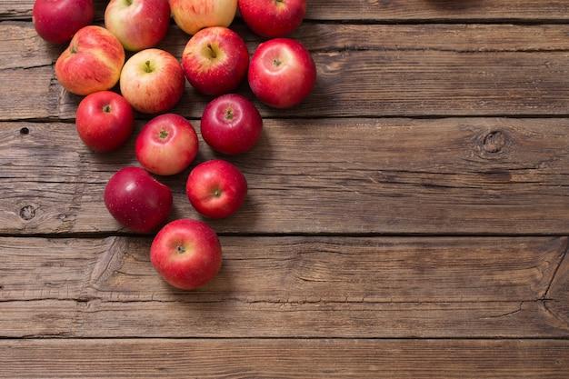 古い木製の背景に赤いリンゴ