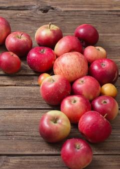 오래 된 나무 배경에 빨간 사과