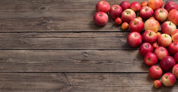오래 된 나무 표면에 빨간 사과