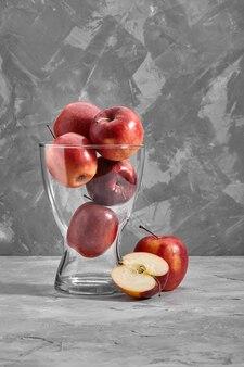 회색 돌 배경에 복사 공간 테이블 상위 뷰에 빨간 사과