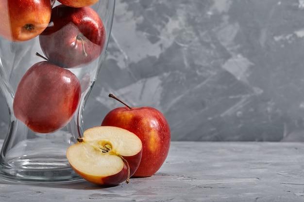 Красные яблоки на столе. вид сверху с копией пространства на сером каменном фоне.