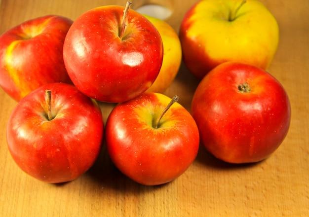 木製のテーブルの上の赤いリンゴ