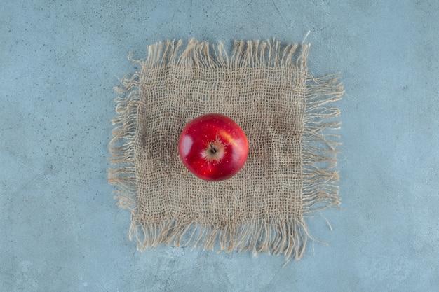 Красные яблоки на полотенце, на мраморном фоне. фото высокого качества