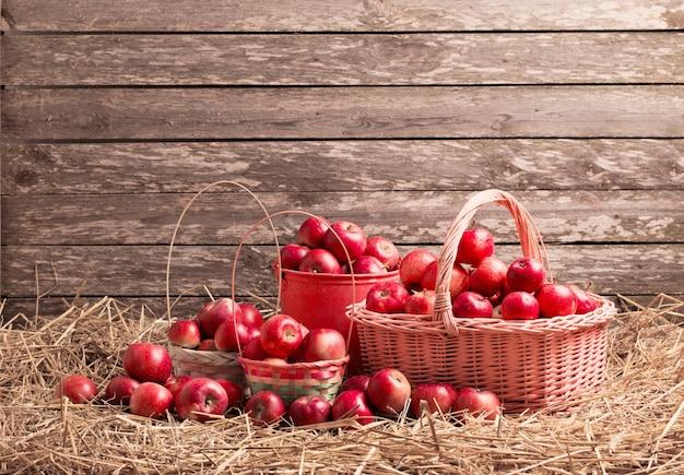 나무 표면에 빨간 사과