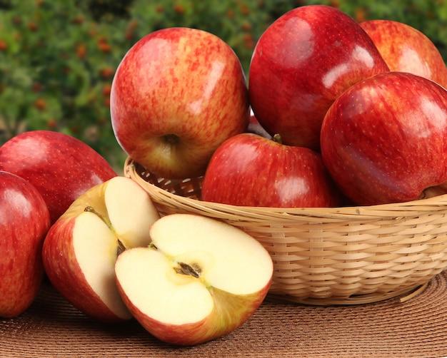 木の表面に赤いリンゴ。新鮮な果物