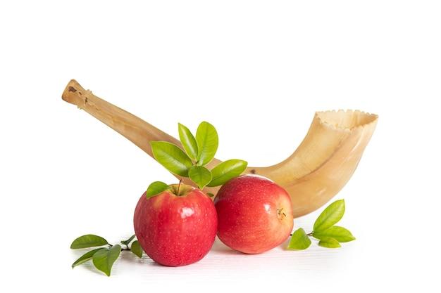 Красные яблоки, шофар, медовая книга торы на белом фоне, концепция рош ха-шана (еврейский новый год).