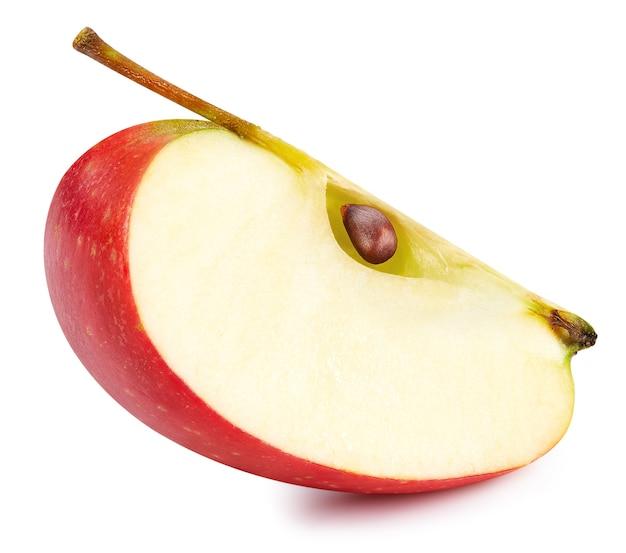 白い表面に分離された赤いリンゴのスライス。熟した新鮮なリンゴのクリッピングパス。高品質のマクロ写真